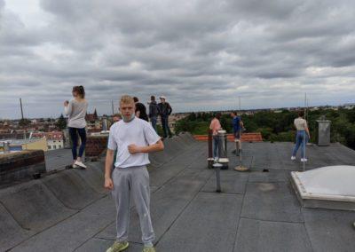 Die Teilnehmerinnen verschaffen sich einen Überblick auf dem Dach des SHK-Zentrums.
