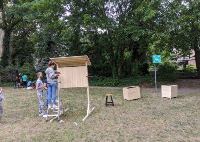 Die Jugendlichen bauen die Infotafel auf.