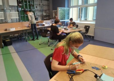 Die Jugendlichen bereiten die Lichtanlage vor.