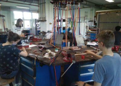 Jugendliche bereiten Rohre für den Solarkocher vor.