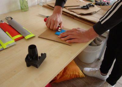 3D-Werkstatt: Jugendliche bauen einen Fahradblinker.
