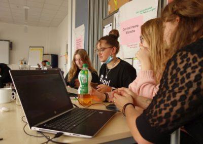 3D-Werkstatt: Jugendliche planen am PC Ihre Lösungsidee.
