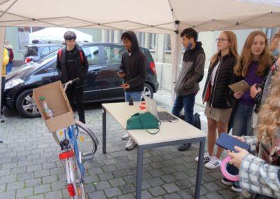 3D-Werkstatt: Jugendliche präsentieren ihre Fahrrad-Rückenlehne.