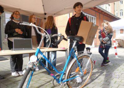 3D-Werkstatt: Jugendliche präsentieren Fahrrad-Rückenlehne.