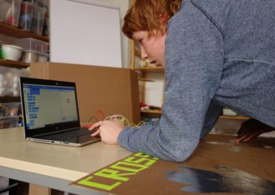 Digital-Werkstatt: Ein Teilnehmer programmiert ein Spiel.
