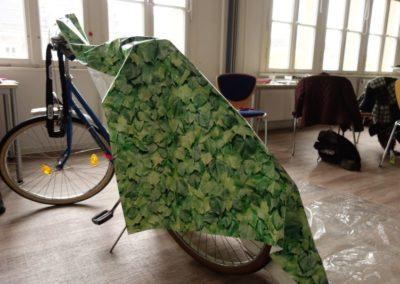 Holzwerkstatt: Eine Teilnehmerin erstellte ein Fahrradzelt.