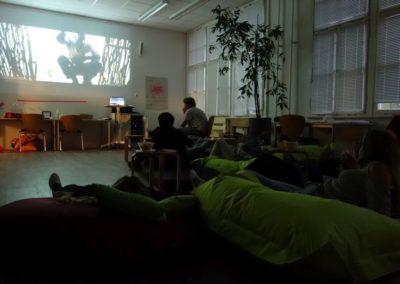 Jugendliche beim Filmabend