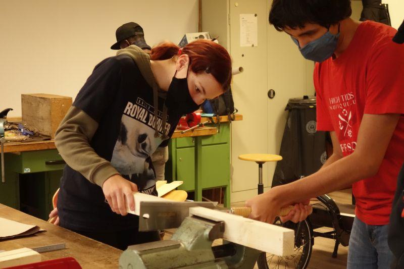 Holzwerkstatt: Jugendliche bauen an der Transportbox für das Lastenrad.