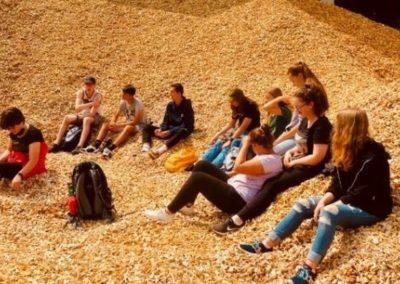 Exkursion: Jugendliche beim Besuch in Holzhackschnitzel-HKW.