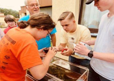 Jugendliche untersuchen Bachsteine an Lehrstation.