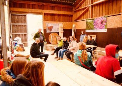 Exkursion zum Bio-Bauernhof:Peter Schmidt stellte seine Kühe, Schafe und Hühner mit Namen vor und warb für den Beruf des Landwirts