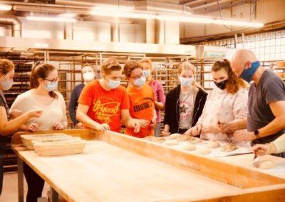 Exkursion zur Brotmanufaktur: Bäcker Raphael Kraus führte durch seine Bäckerei und informierte über Backvorgänge und das Bäckerhandwerk