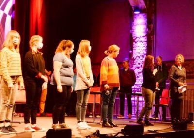 Die Teilnehmer*innen mit dem mach Grün-Team auf der Bühne.