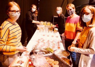 """Die Küchencrew zaubert für das """"Klima-Dinner"""" Speisen und Getränke aus """"geretteten"""" oder regionalen und saisonalen Lebensmitteln"""