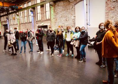Die Jugendlichen erkunden die Halle 32 in Gummersbach.