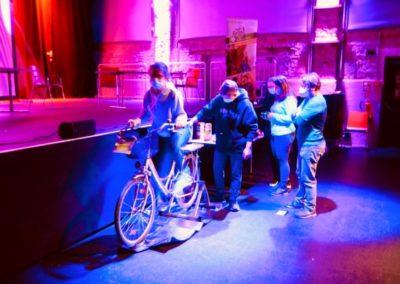 Jugendliche treten kräftig auf dem Smoothie-Bike in die Pedale, um ihren Gästen leckere Getränke reichen zu können.