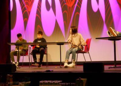Jugendliche performen auf der Bühne eigene Sketsche.