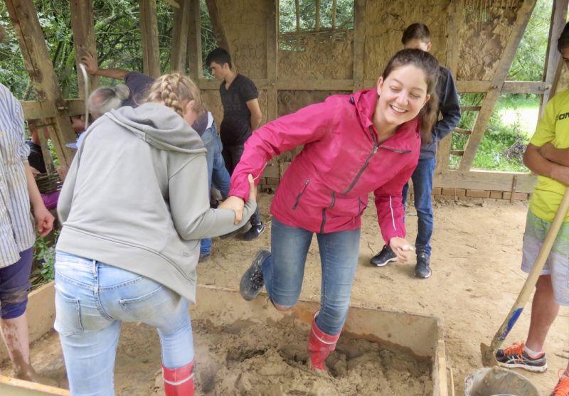 Mädchen beim Lehmstampfen