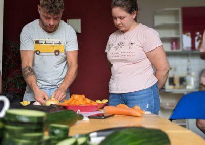 Koch-Workshop: Koch gibt Teilnehmerin livehack zur Mango