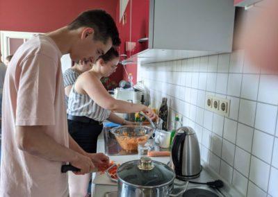 Koch-Workshop: Teilnehmende fleißig in der Küche