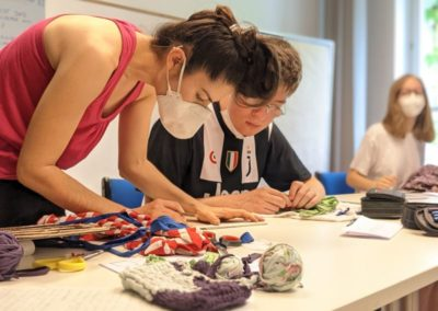 Upcycling-Workshop: Dozentin mit Teilnehmer