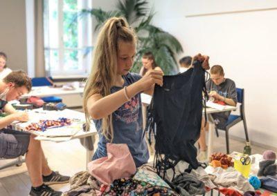 Upcycling-Workshop: Teilnehmerin wählt Stoff aus